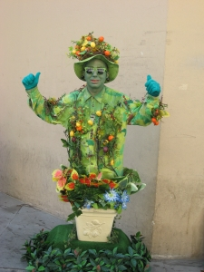 A living statue, inspired by Carmen Miranda, even if she was Portuguese!